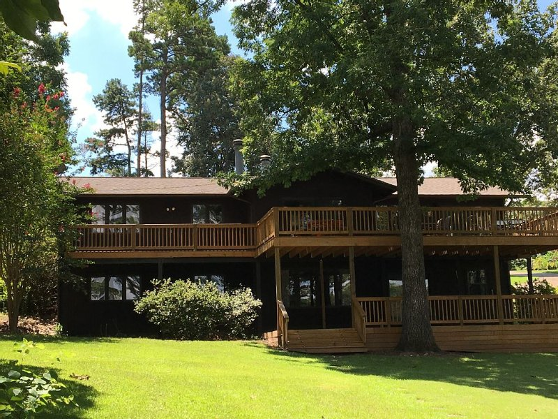 Relaxing Lakefront 5  Bedroom  4 Bath Home With Covered Boat Slip, holiday rental in Hot Springs