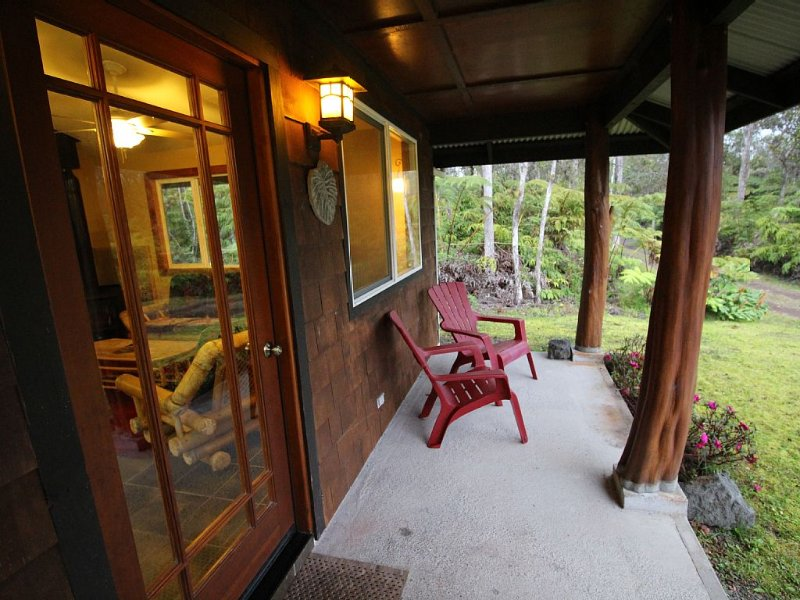Secluded, Quiet Escape Close to National Park on 3 acres, Hot Tub, holiday rental in Volcano