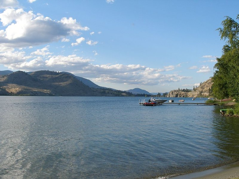 Lakefront Home With 150 Feet of Private Beach In The Heart Of Wine Country, holiday rental in Okanagan Falls