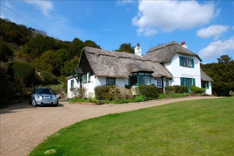 Thatch Cottage Just Outside of London.Indoor Pool. Sleeps 8, Ferienwohnung in Surrey