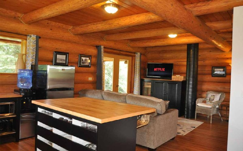 Grey Owl Lodge. Cozy log cabin with spectacular views and hot tub!, holiday rental in Golden
