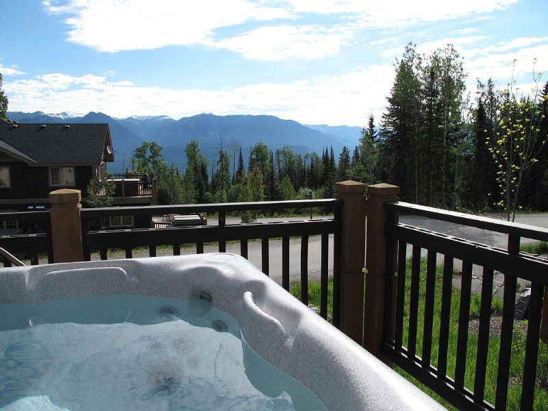Modern Mountain Retreat - Private Hot Tub with Views, location de vacances à Golden