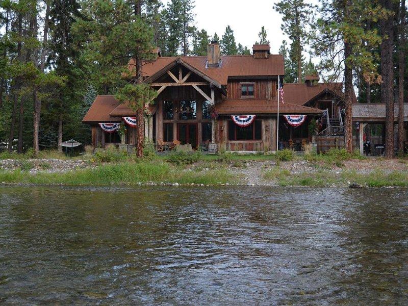 Water Front Bigfork/Glacier Park Luxury Check calender for last minute DEALS!, holiday rental in Woods Bay