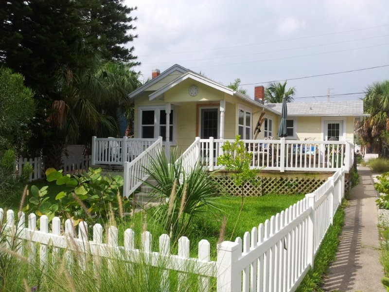 Your Private Getaway Just Steps From The Beach., vacation rental in Treasure Island