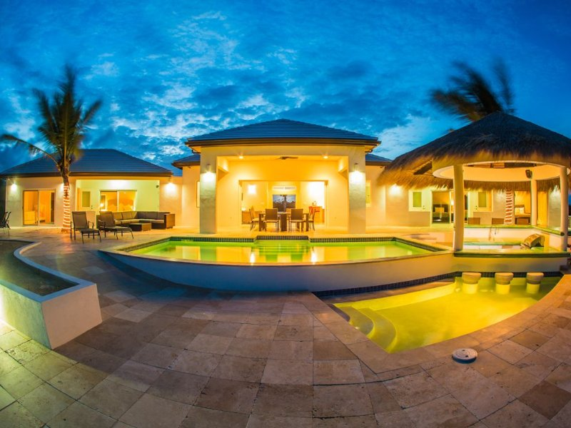Fantastic family villa, sleeps 8-10, 4 bedrooms, 2 pool, BBQ Pit, outdoor cabana, holiday rental in Providenciales