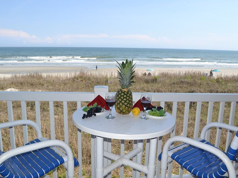 Oceanfront w/pool- Perfect for a couple! Fall wks available! book now!!!, vacation rental in North Myrtle Beach