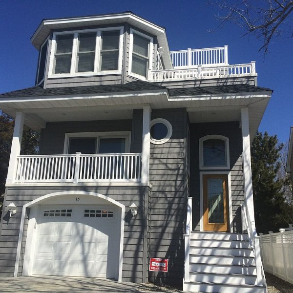 NEW Oceanside House Near Bay Village and FI - 2 Masters, Elevator, Sleeps 12, holiday rental in Long Beach Township