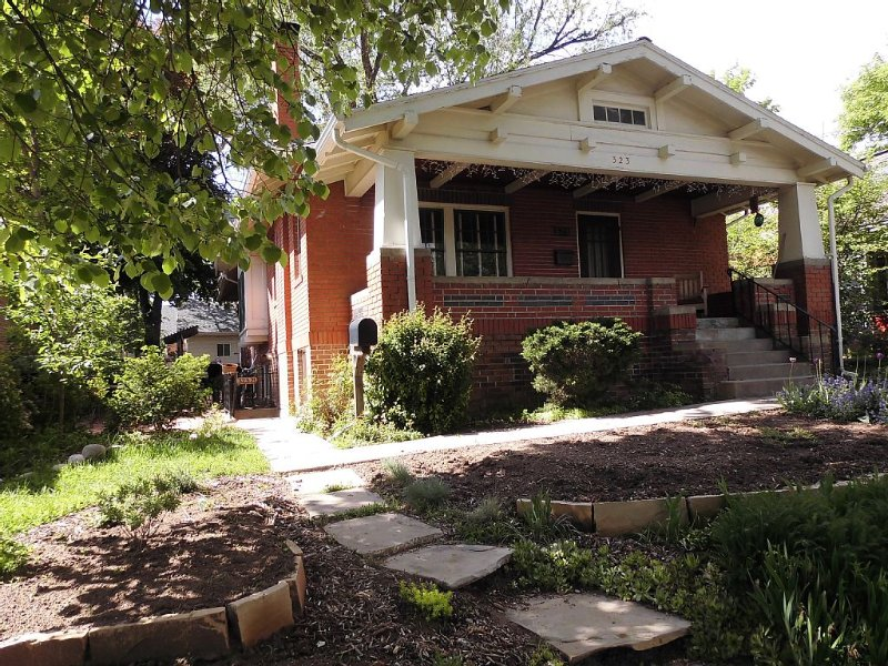 Sunny 2 BR Garden Level Apt In Historic Fort Collins Old Town Bungalow, location de vacances à Fort Collins