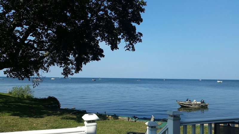Easy Breezy Living - Lakefront Cottage Directly on Lake Ontario, holiday rental in Elba