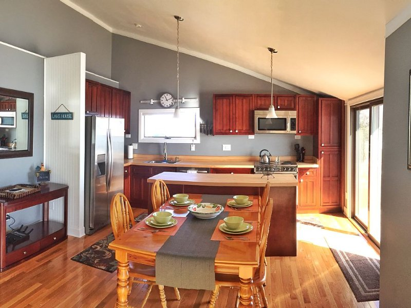 WhatAVu!   Enjoy Watching Boats from the Deck or Hiking in the State Park, holiday rental in South Hero