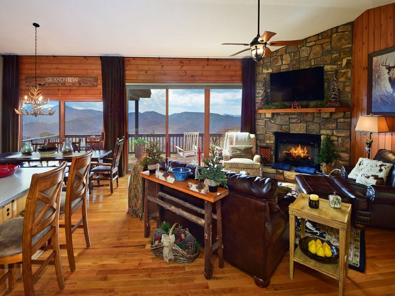 ☆ Luxuriy Cabin☆Panoramic Views ☆3 Kings☆3 Baths☆Fireplace☆Large Deck☆Ski Close☆, vacation rental in Banner Elk