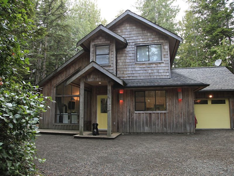 Right Across From Cox Bay with Hot Tub!, aluguéis de temporada em Tofino