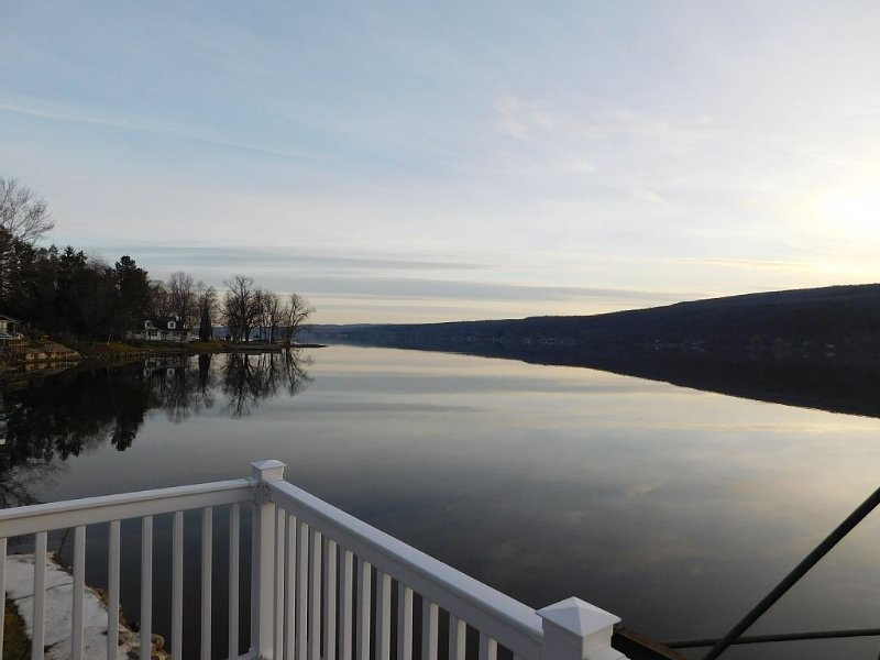 Lakefront, family friendly home with beautiful lake frontage; unobstructed views, alquiler de vacaciones en Honeoye