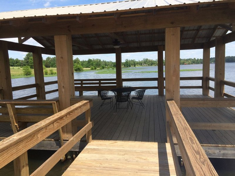 Walnut Getaway Is A Family-Friendly Home Away From Home., holiday rental in Milam