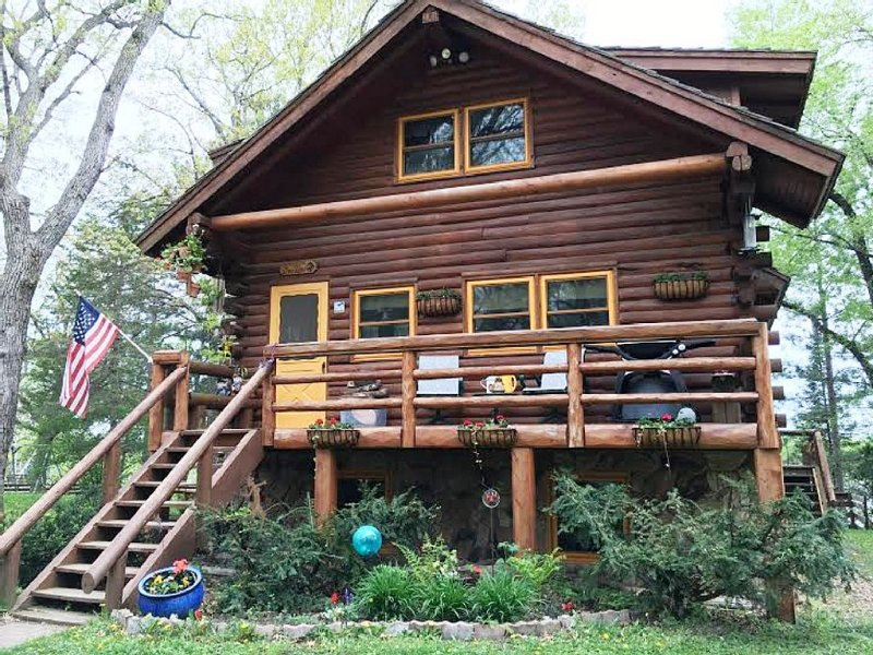 Nature Lover's Log Cabin Retreat, holiday rental in New Richmond