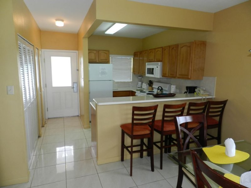 2 Bedroom Condo On Seven Mile Beach, vacation rental in George Town