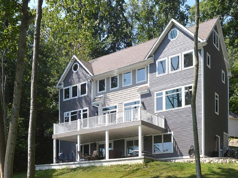 Beautiful Lakefront Home- Sleeps 20, aluguéis de temporada em Hickory Corners
