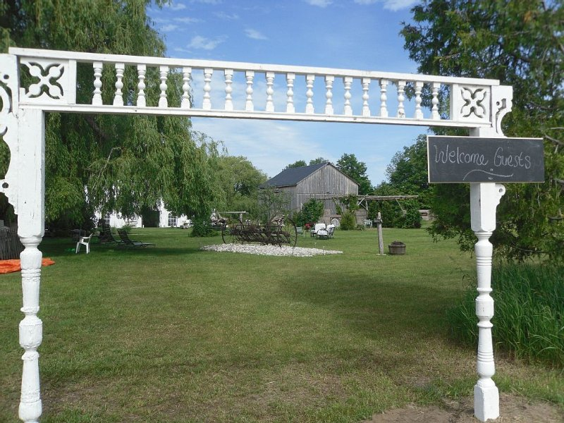 Historic Estate on 35 acres minutes to Southampton with trails & river access – semesterbostad i Owen Sound