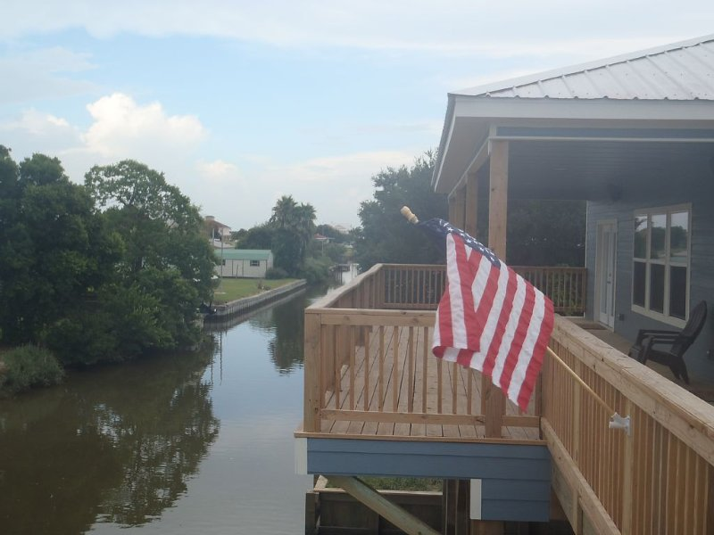 Camp on Private Canal 411 Lake Breeze, alquiler de vacaciones en Lake Charles