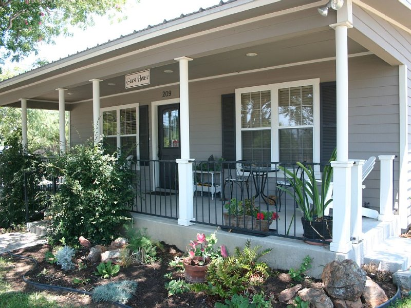 The Sunday House -Adorable Hill Country Cottage - Llano River, Shopping, Sights, holiday rental in Llano