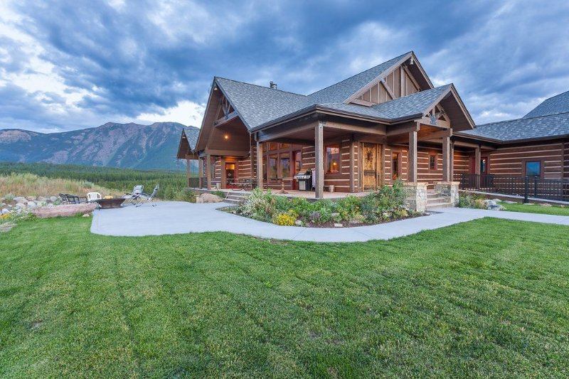 Luxury Home with Amazing Mountain Views of Glacier Park, 1 mile from entrance, alquiler de vacaciones en Parque Nacional Glacier
