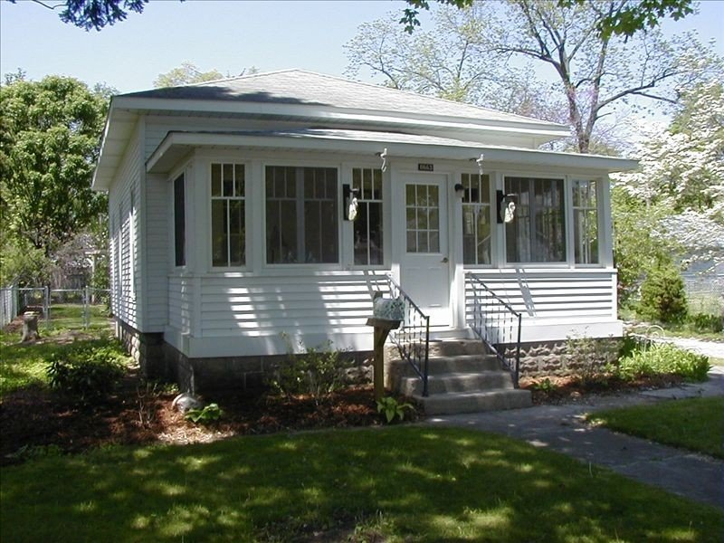 Quaint Village Cottage - Walking Distance to Downtown Montague, casa vacanza a Muskegon County
