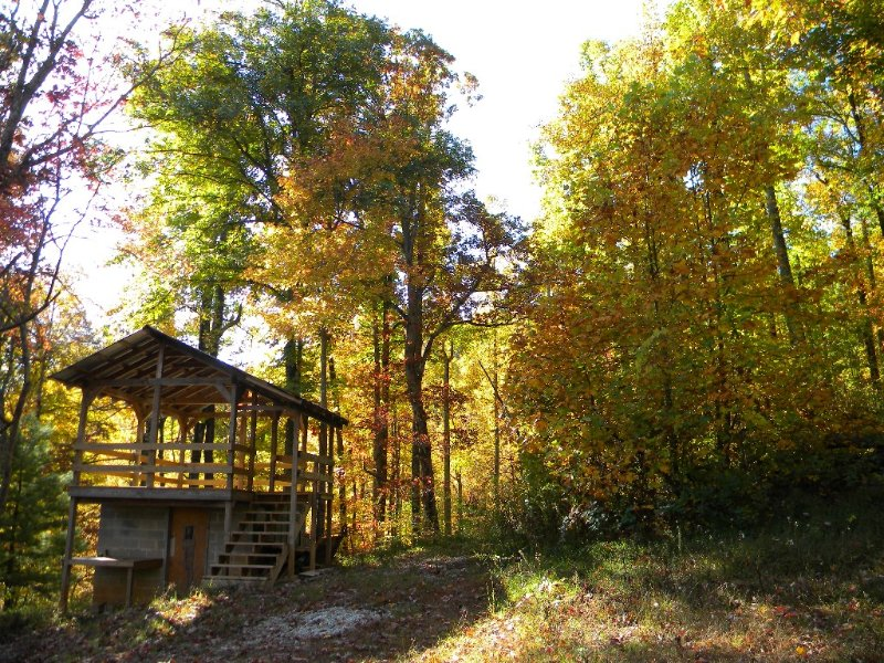 Rustic Log Cabin on 25 Acre Mountain Retreat, Relax with Nature, Pond, & Stream!, alquiler vacacional en Cleveland