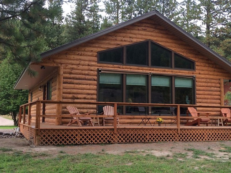 Riverside Cabin adjacent to Kootenai National Forest with Mountain View, holiday rental in Troy