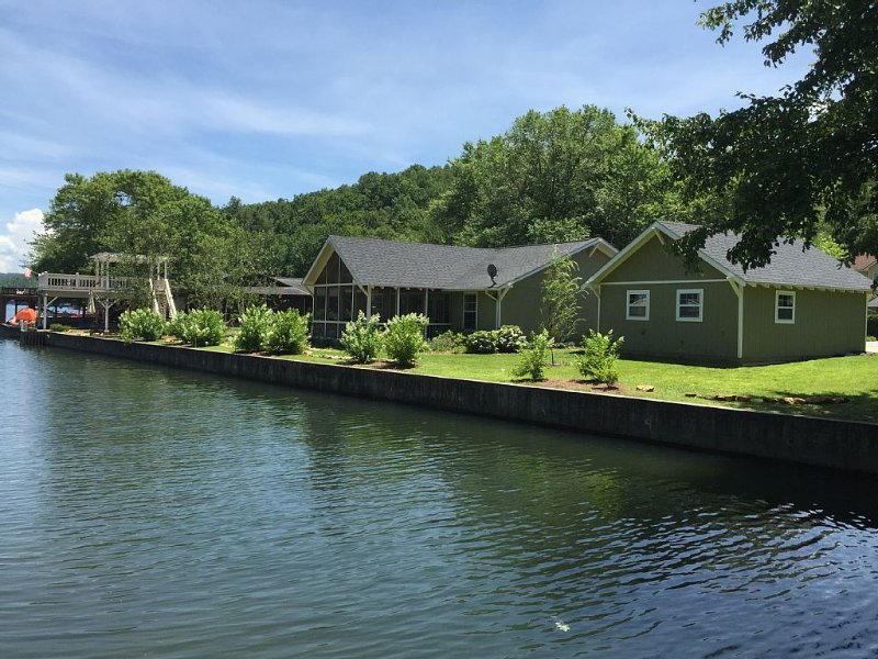 Adorable cottage on Lake Burton is sure to please everone in your family!!, holiday rental in Clayton