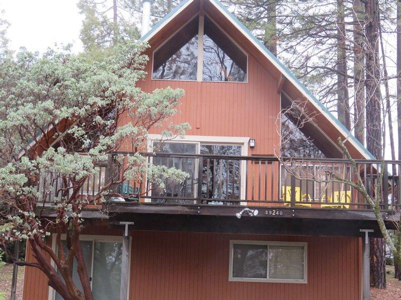 Beautiful 'A'  Frame Mountain Cabin Near Yosemite Park and Bass Lake, holiday rental in Oakhurst