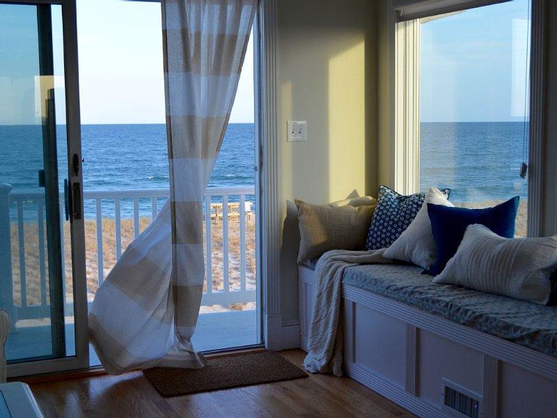 Luxurious oceanfront home with its toes in the sand, aluguéis de temporada em Beach Haven