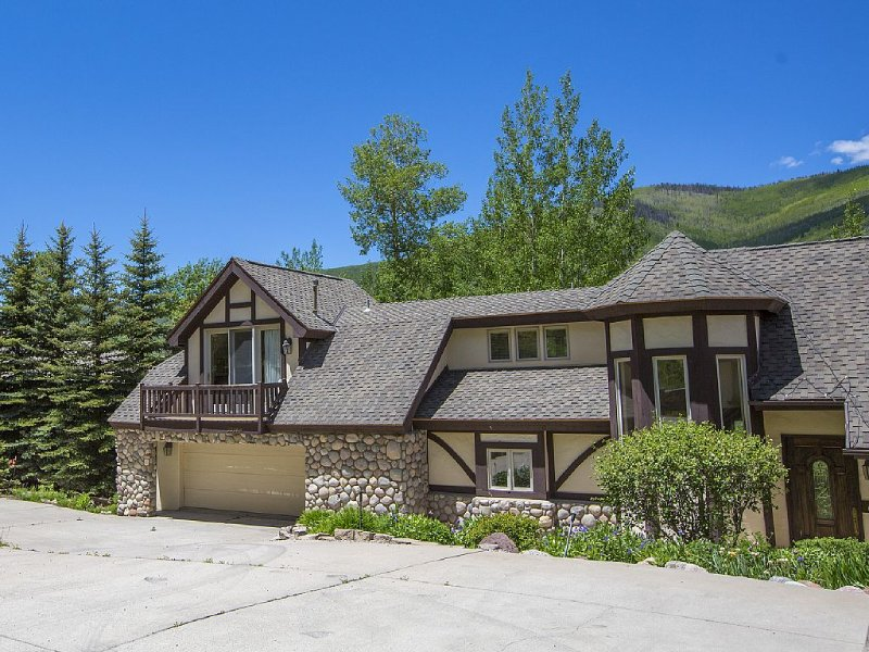 4 bdrm + loft, 4.5 bath West Vail Remodeled & Updated Mountain Tudor sleeps 13!, holiday rental in Vail