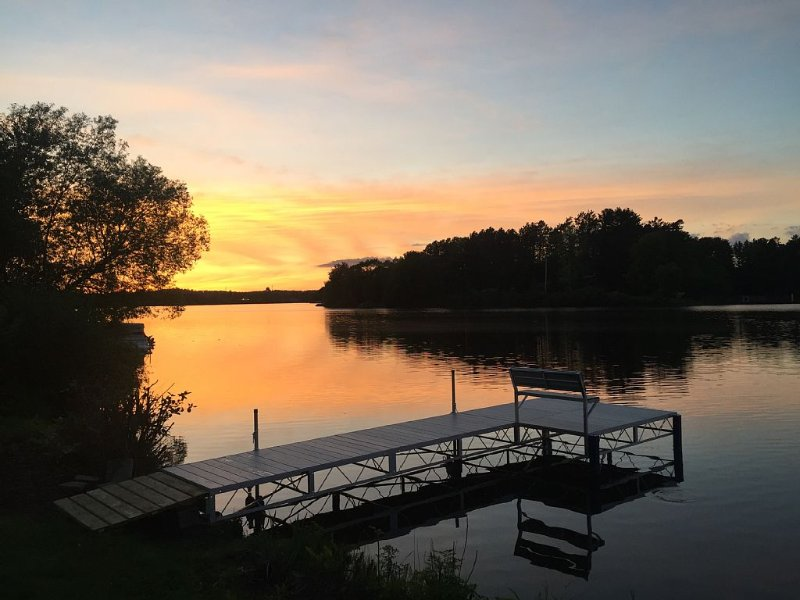 Lake Hayward.  Private Lakefront Within Walking Distance To Downtown Hayward, location de vacances à Springbrook