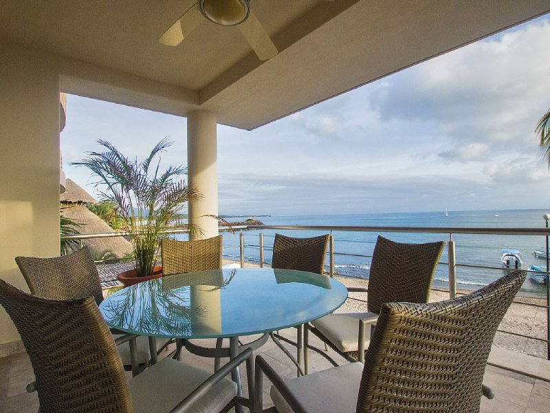 Perfect surfer getaway and family friendly beachfront condo, location de vacances à Punta de Mita