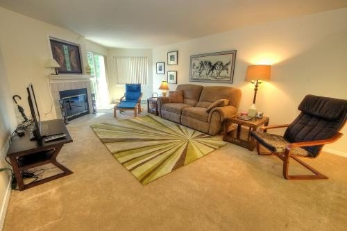 Attractive & Comfortable Upscale Condo Close to Everything, Ferienwohnung in West Linn
