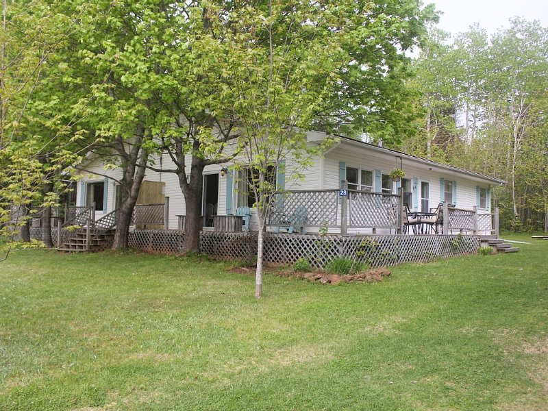 Newly-Renovated! Walking distance to Stanhope Golf Course & North Shore Beaches!, location de vacances à York