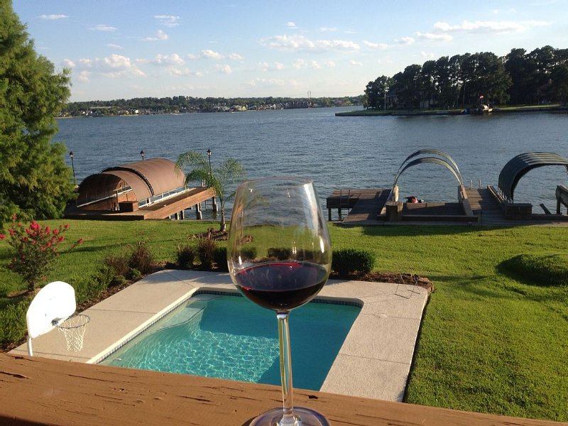 Wake To The Lake In This Family Friendly Home That Sleeps12 With Pool & Spa!, vacation rental in Montgomery