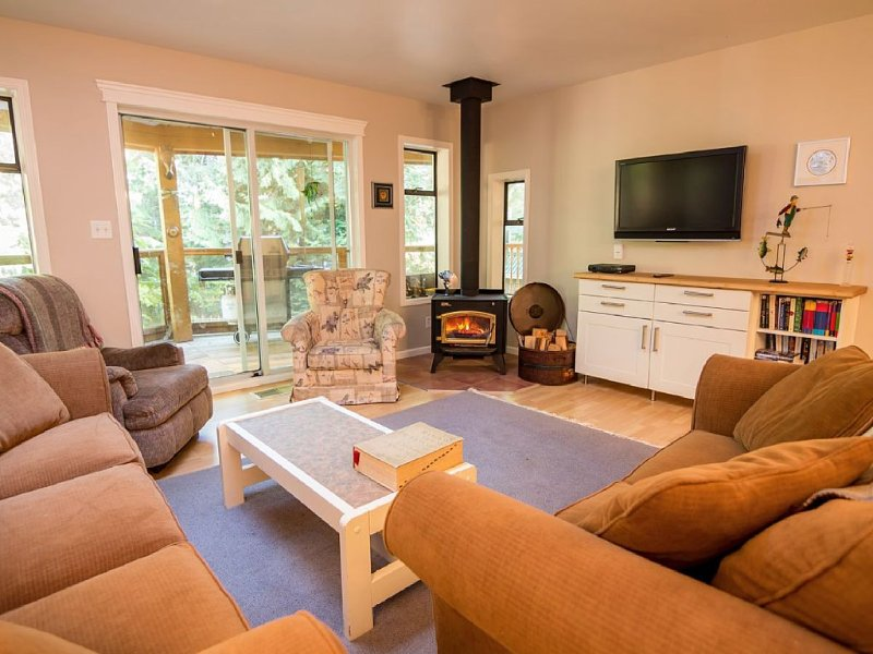 4 Bedroom Pet Friendly Cottage Quiet Secluded Waterfront Location In Secret Cove, vakantiewoning in Sunshine Coast