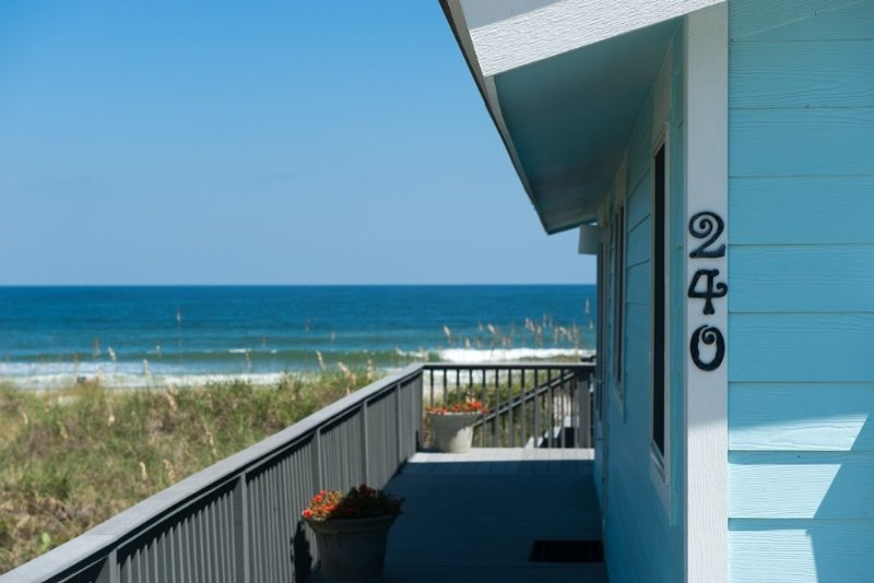 'Right on the Beach Cottage' - Beach chairs, towels included !, aluguéis de temporada em Fernandina Beach