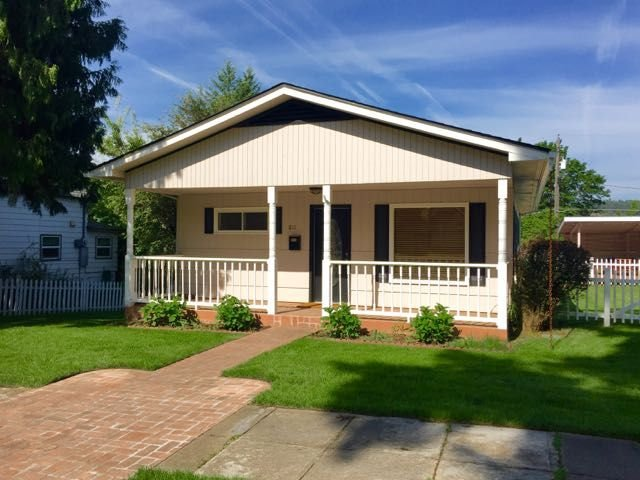 Updated Pet Friendly Cottage in Downtown CDA with 2 Living Rooms!, holiday rental in Coeur d'Alene
