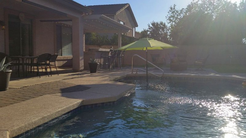 Private Pool & Putting Green - Stocked And Updated Kitchen - Lovely Gilbert, AZ, location de vacances à Gilbert