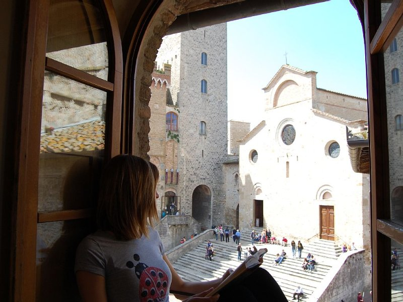 Romantic and Bright Flat in Front of Town's Cathedral, holiday rental in San Gimignano