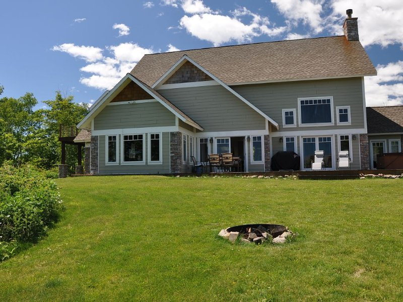 Luxury And Privacy On 10 Acres / 3800 Sq Ft Chateau Overlooking Lake Superior, casa vacanza a Silver Creek