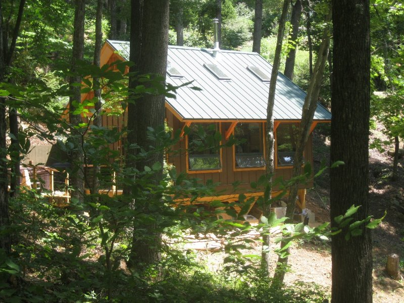 Romantic Getaway-private with Hot tub & Fireplace-Eco-Friendly, holiday rental in Candler