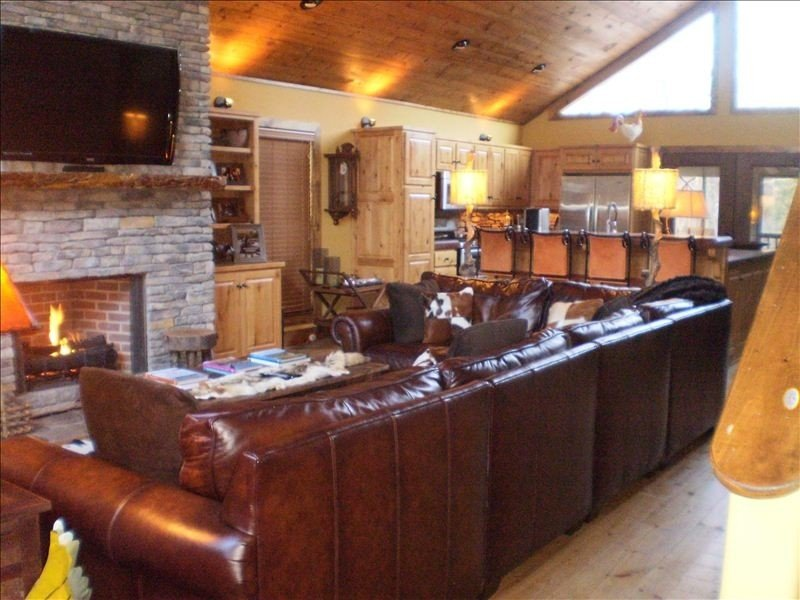 Eden Isle Cabin in Heber Springs Sleeps 12, 10 Beds at Greers Ferry Lake 4B,3BA, location de vacances à Tumbling Shoals