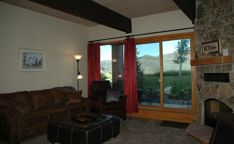 Fabulous Mountain Views! Easy Walk To Gondola, Peaceful & Secluded Feeling, holiday rental in Steamboat Springs