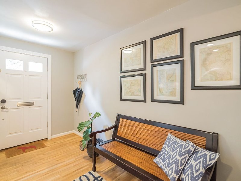Amazing townhouse with parking, just few blocks from Monuments and Museums, vacation rental in Washington DC