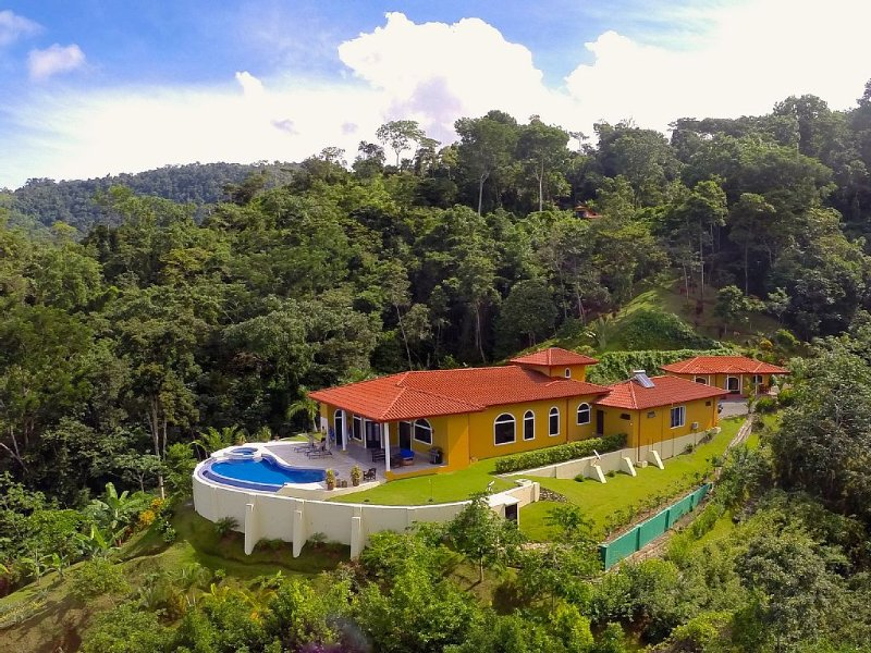 Paradise Found | Private Home Perfect for Large Groups | Amazing Location – semesterbostad i Uvita