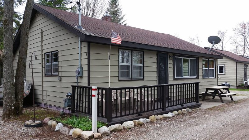 Houghton Lake - Lakefront Cabins (4 cabins sleep up to 24 people total), location de vacances à Higgins Lake