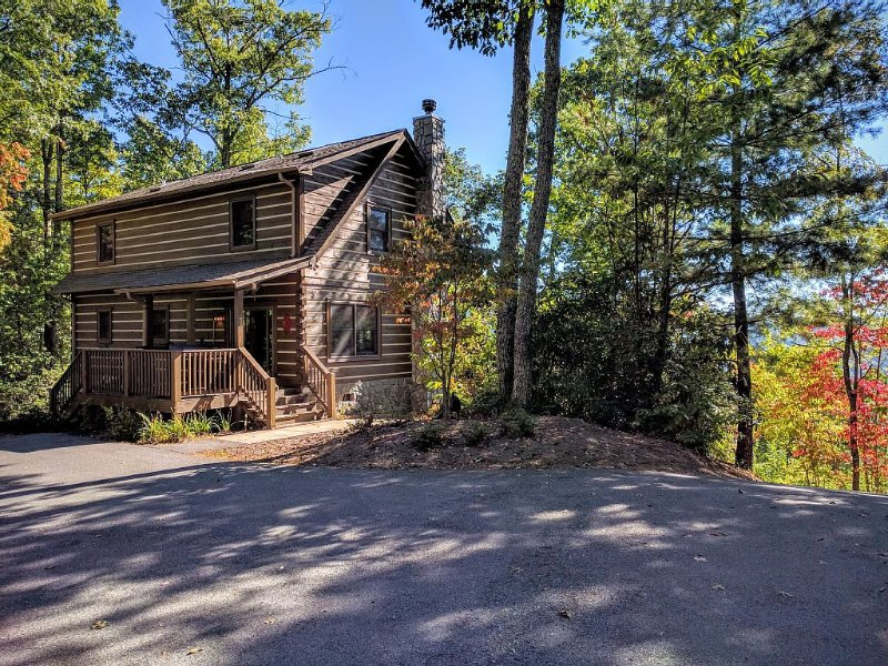 Gorgeous Mountaintop Views Meets Log Cabin Luxury with Hot Tub, alquiler de vacaciones en Waynesville